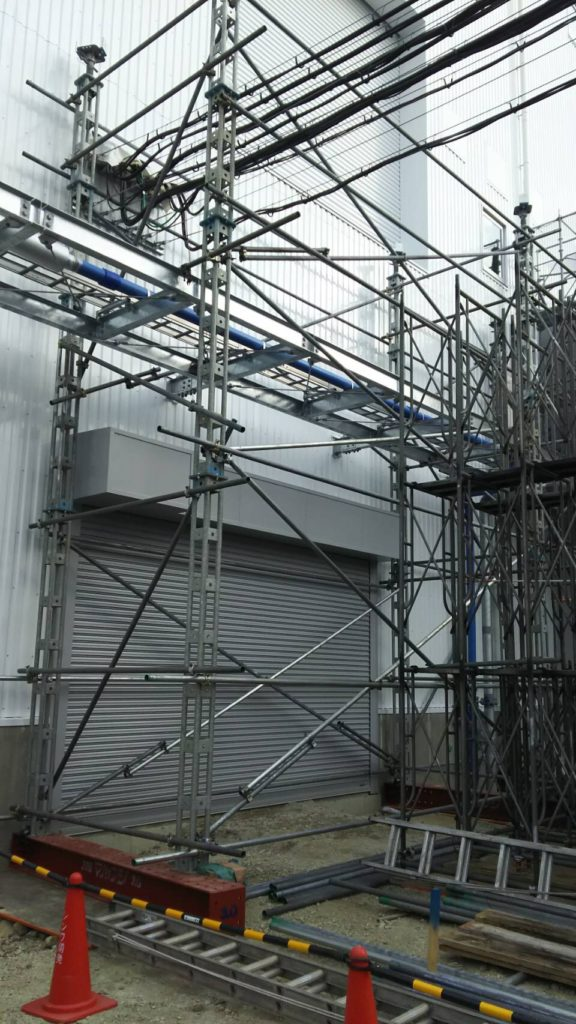 大手新築現場、機械搬入用16t仮設ステージ組立   名古屋市で足場工事 ...